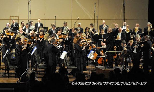 Los músicos de la Orquesta Sinfónica de Minnesota interpretan de pie los Himnos Nacionales de Cuba y de Estados Unidos durante la segunda presentación de esta orquesta, en el Teatro Nacional de Cuba, en  La Habana, el 16 de mayo de 2015.