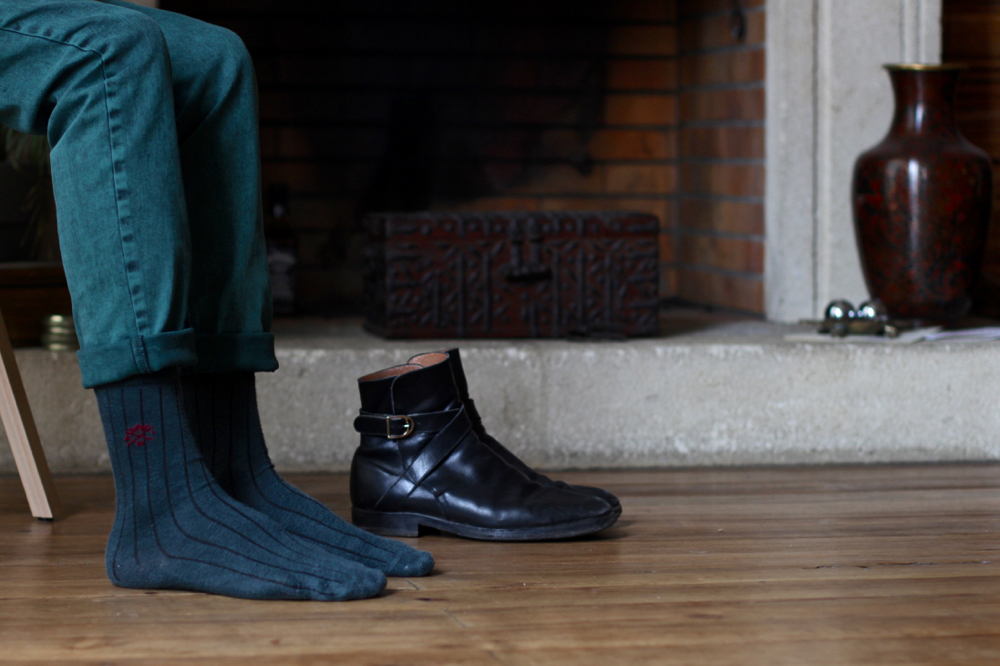 BLOG-MODE-HOMME_sweat-eponge-cravate-soie-motif-interieur-dandy-curisiotes-slim-vert-jeans-preppy-boots