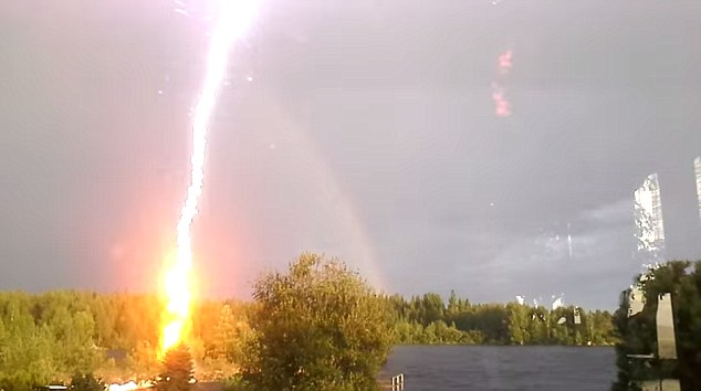 Lightening Bolt, Lightning Bolt, Swedish, Sweden, Ingela Tanneskog, Video, Footage, Photo, Blaiken Storuman, Vasterbotten, Blixtnedslag, Blixt, Samsung Note 8, Viral, Blixtnedslag i Blaiken Storuman, Camera