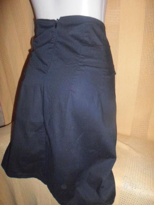 saia preta com pregas e  cinto do mesmo tecido