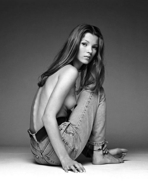 Черно-белая фотография Кейт Мосс в джинсах Сalvin Кlein