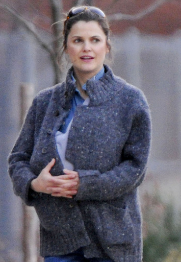 Keri Russell carries her newborn daughter Willa Lou under her sweater as she ...