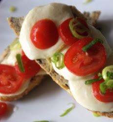Tosty z pomidorami i mozzarella