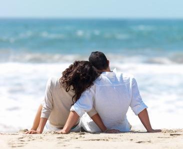 الأطباء النفسيون: الاهتمام بإرضاء الزوجة يسعد الزوج أولا - زوجان سعداء - happy couples