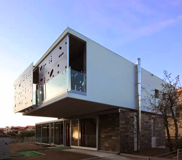 Ultra modern house casa capece venanzi combines for Modern italian home designs