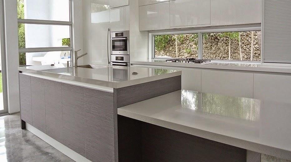 Bajo la ventana un lugar poco habitual para cocinar for Cocina blanca y madera