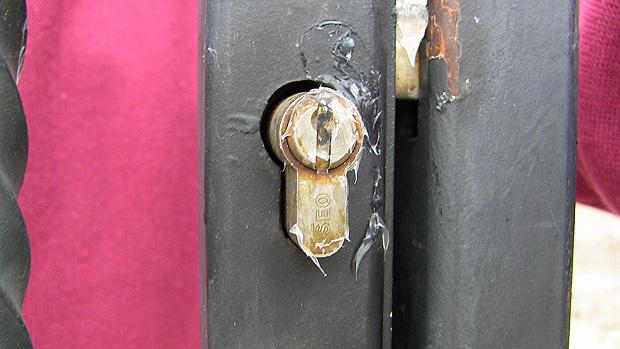 Disec cerraduras protegidas contra pegamento y silicona for Bombin de puerta