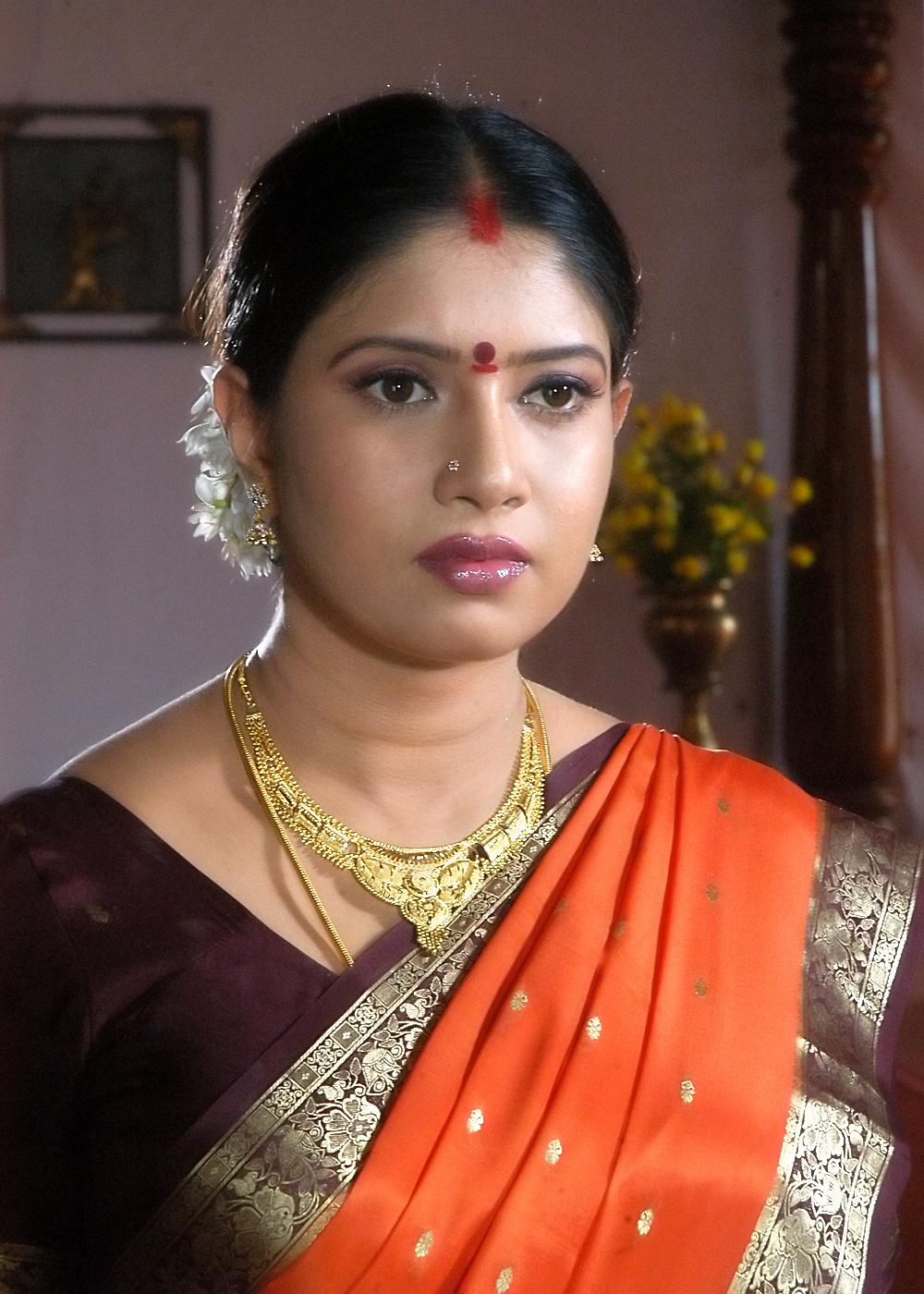 Sangavi beautiful telugu actress of 90 39 s sangavi photo for Nisha bano with husband