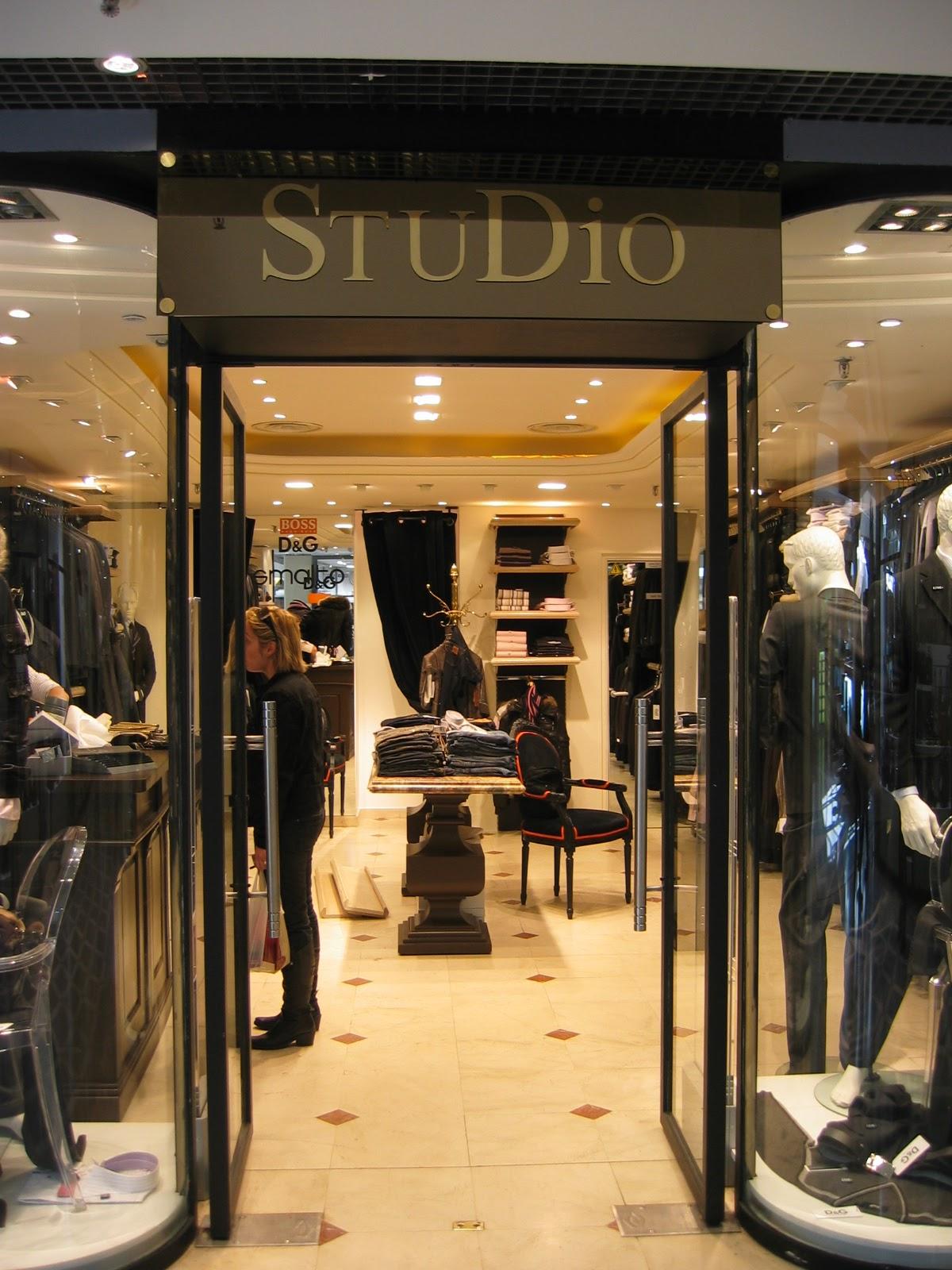 enseigne en laiton de la boutique studio by mario palazzi les galeries saint germain en laye. Black Bedroom Furniture Sets. Home Design Ideas