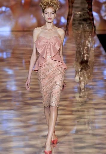 Лъскава рокля в кремаво-розово дизайн Badgley Mischka
