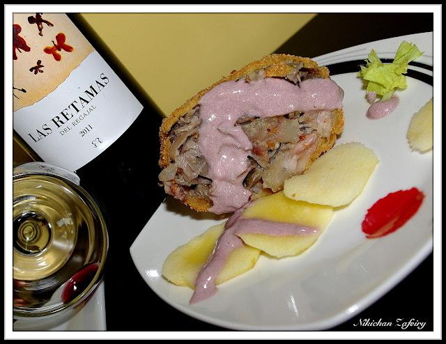 Rulo crujiente de Manitas con Boletus y salsa de Foie al Vino.