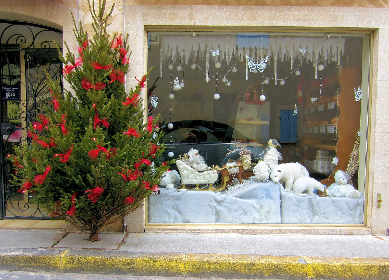 Christmas in Provence - window shopping - Santa and his friends are ready to go off on their ride in this store in Vacqueyras