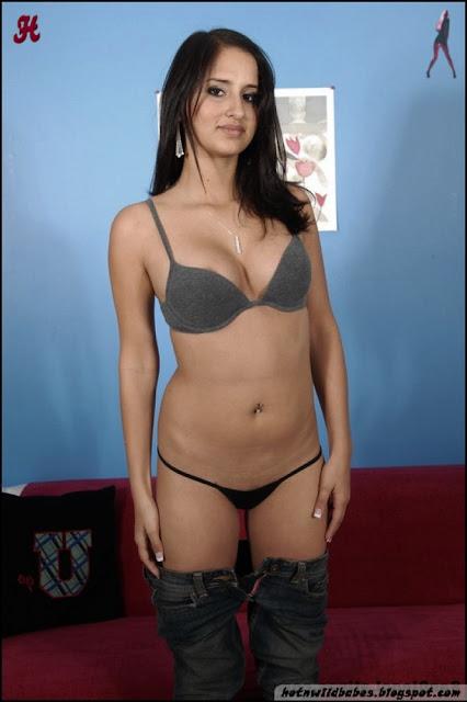 Sapna Tiwari classy desi girl stripped to pose nude indianudesi.com