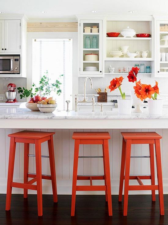 Cocina blanca con toques naranjas