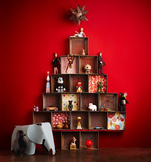 árvore de natal diferente feita com nichos e brinquedos