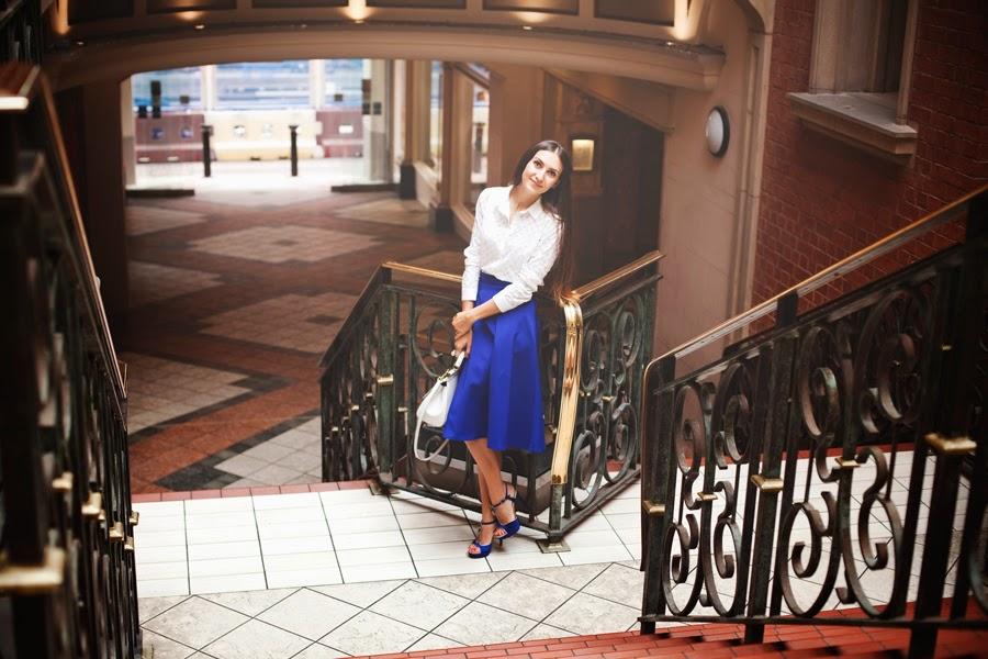 русские мамы в лондоне, юбка миди синий электрик, белая сумка дольче габана, русский стилист лондон