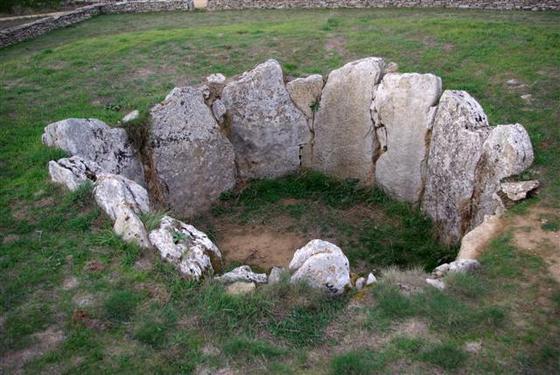 imagen_dolmen_prehistoria_megalito_burgos_piedras_circulo_enterramiento_tumulo_sargentes_lora_cabaña
