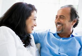 خفة دمك مع المرأة أسهل طريق للوصول إلى قلبها,رجل يضحك امرأة يضحكان ,woman man laugh joking