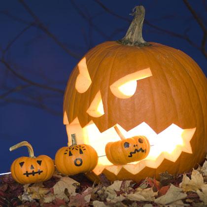 Голяма тиква за Хелоуин с малки тиквички