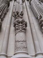 """Aqui está a cabalística """"flor da vida"""" em um pilar da Catedral de Saint John."""