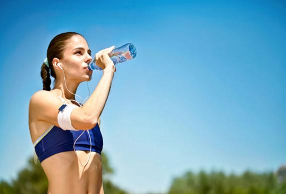 Uống nước hàng ngày để trị mụn