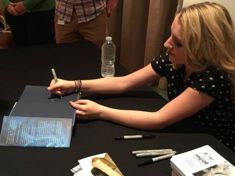 Evanna Lynch firmando autógrafos fans Harry Potter Celebración