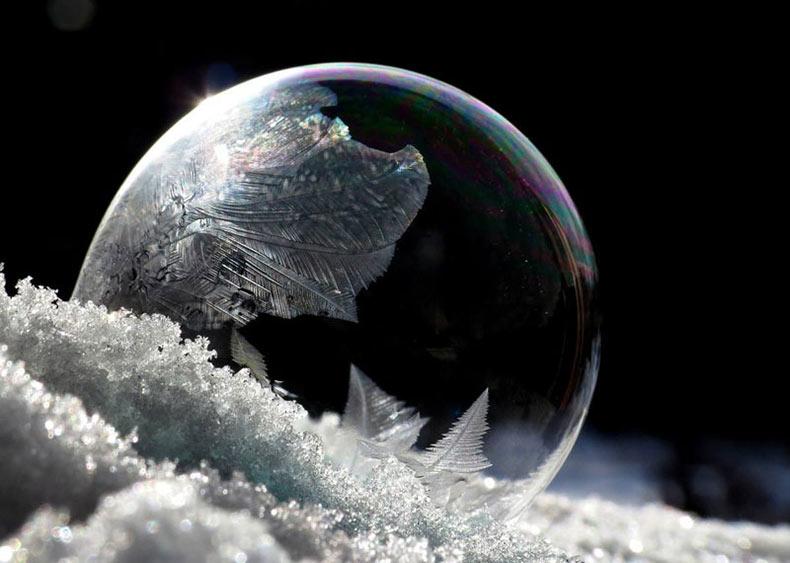 Bellos patrones de cristales de hielo en burbujas de jabón expuestos en un clima de frío intenso