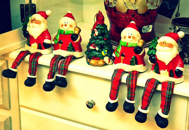 Christmas cheer © Annie Japaud 2013, blog, photography, Christmas, Galway shopping center,  santas