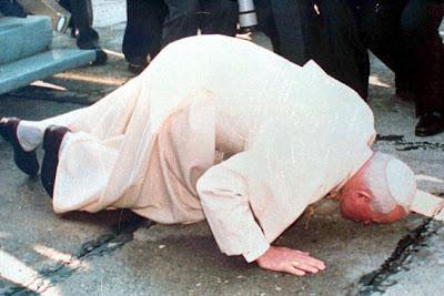 Il Papa Giovanni Paolo II bacia la terra albanese nel 1993. Perchè ?