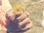 お花を持つ子ども