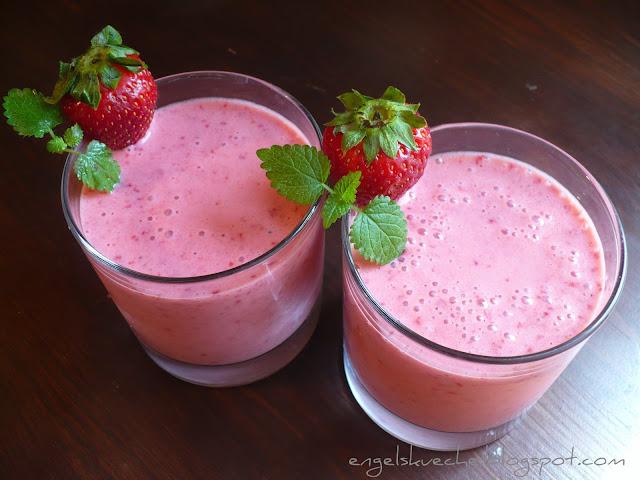 essen aus engelchens k che frozen joghurt strawberry smoothie. Black Bedroom Furniture Sets. Home Design Ideas