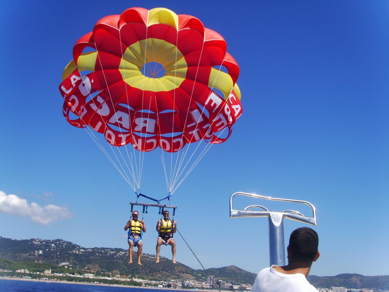 Oriol lugo real parasailing volando sobre el mar - Cometas de arrastre ...