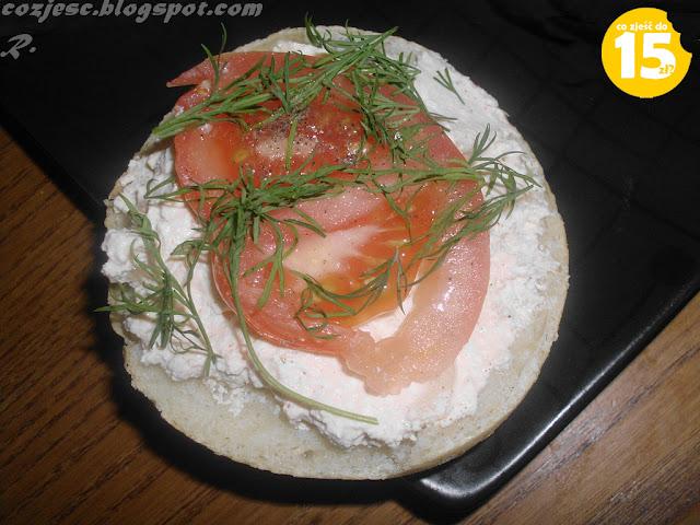 Twaróg z pomidorem, bułka z twarogiem, bułka z białym serem, biały ser z pomidorem