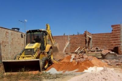 Obras irregulares são removidas em São Sebastião