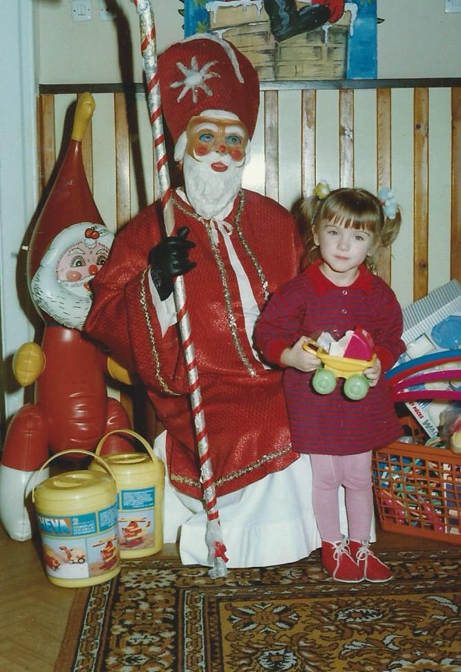 zdjęcie z Mikołajem w przedszkolu, przebranie Mikołaja, Mikołaj z biustem, maska Mikołaja
