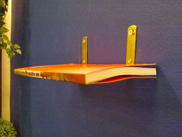 suporte em L - estante de livros flutuante - sala de leitura Senac - Santos Arquidecor 2013
