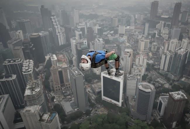 Денис Одинцов прыгает с 305-метровой башни Kuala Lumpur Tower в Малайзии.