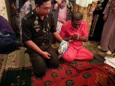 Sayu OKZ Ismail SM Kadir ziarah ibu meninggal dengan gari ditangan