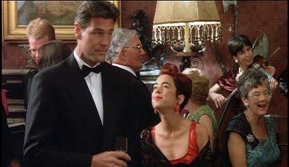 La boda es l a de una pareja de amigos, Angus y Laura. Charles descubre que ha olvidado los anillos, y recibe los estrafalarios anillos de Fiona y Scarlett