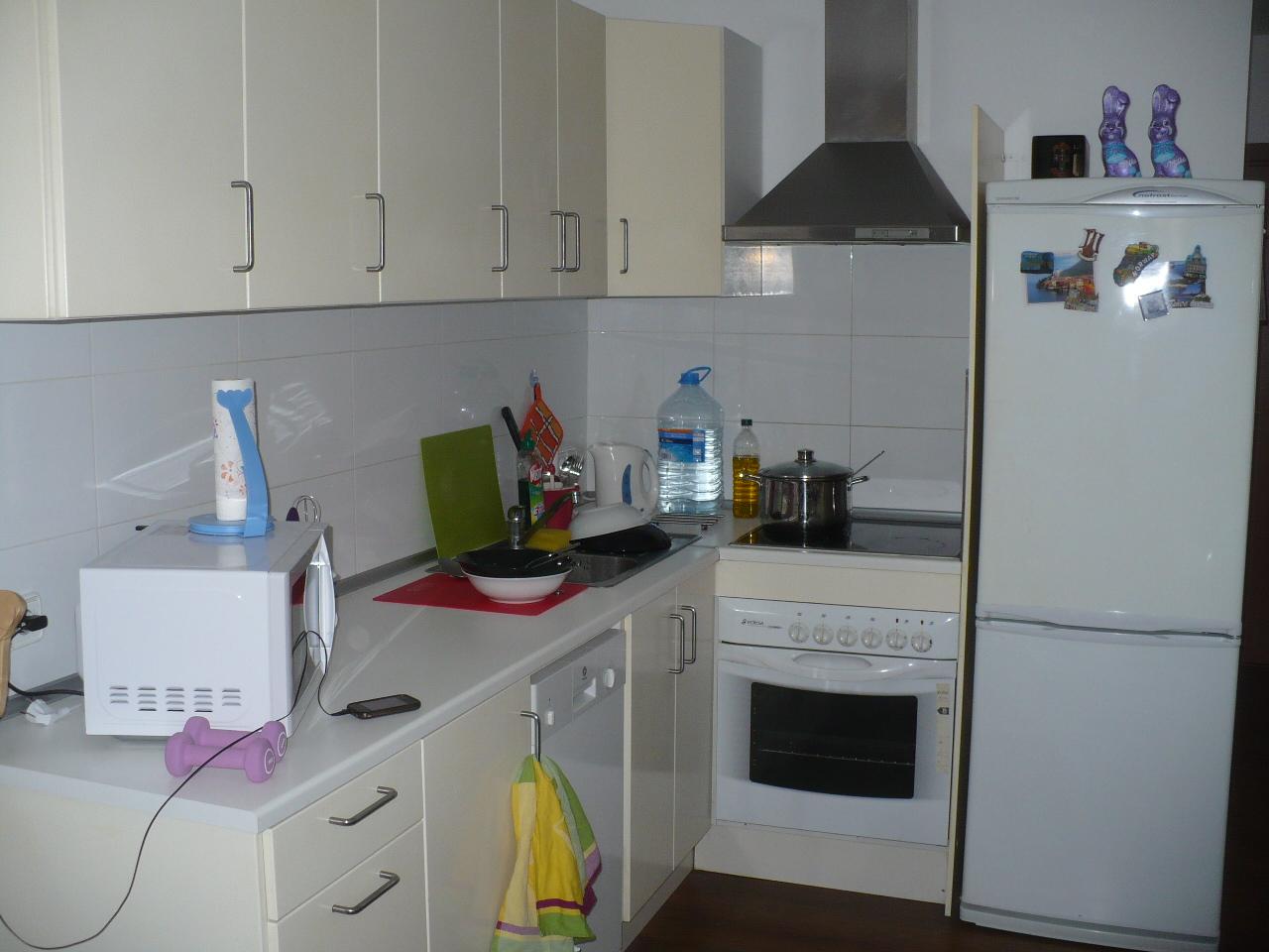 Kühlschrank Untergestell : Kleine küche mit kühlschrank ikea küche untergestell abstand