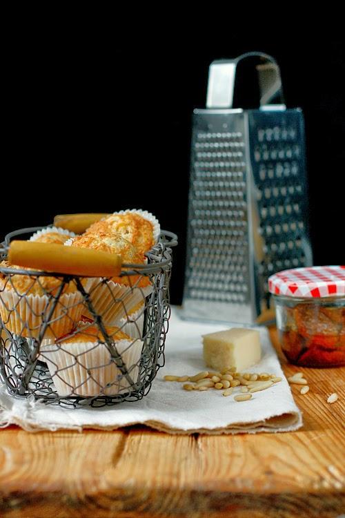 Muffiny z serem, tymiankiem i suszonymi pomidorami