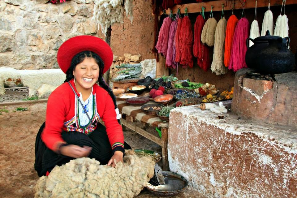 Local trabajando la lana de alpaca - Chinchero