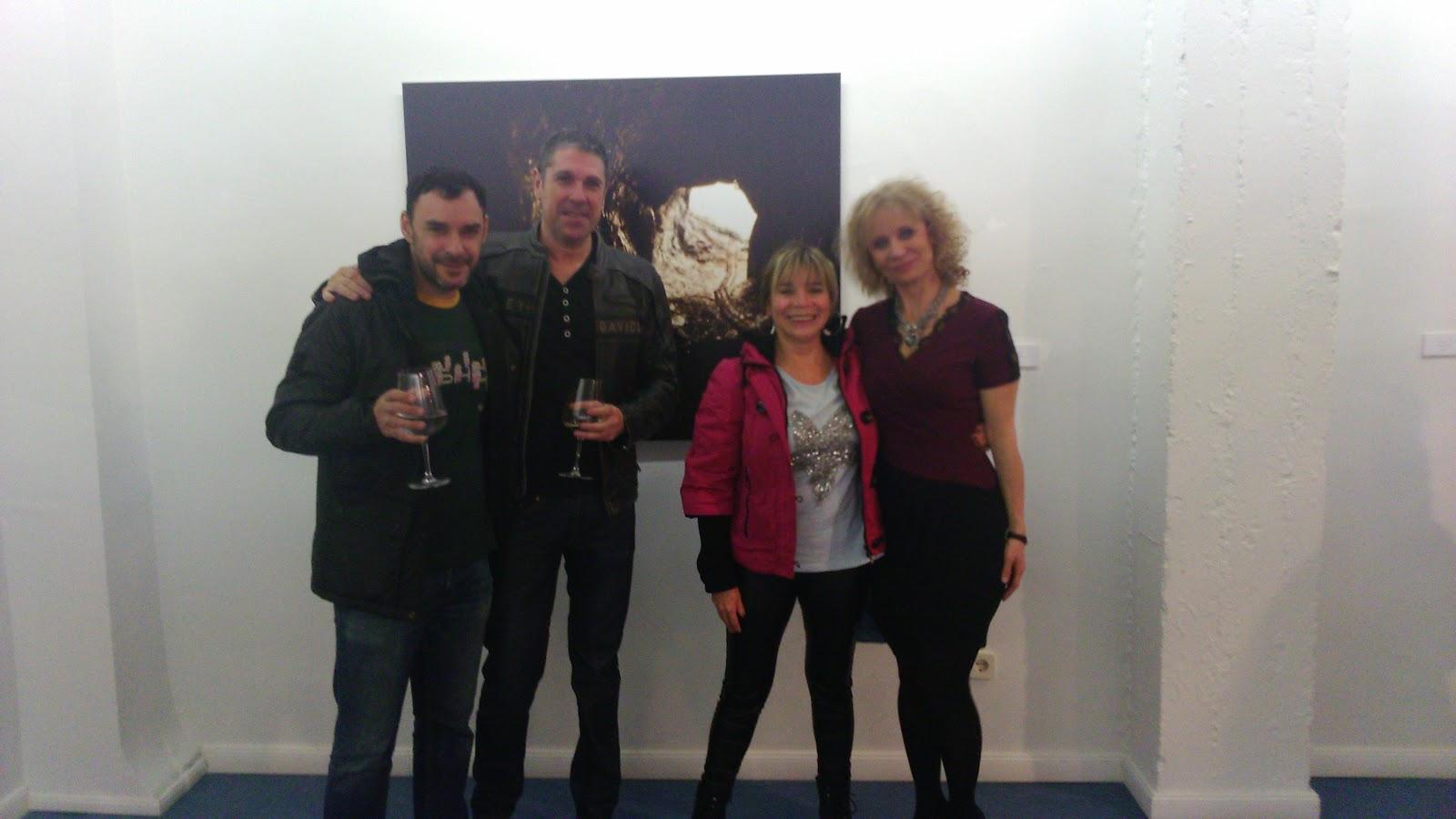 Marta y amigos delante a imagen de su obra