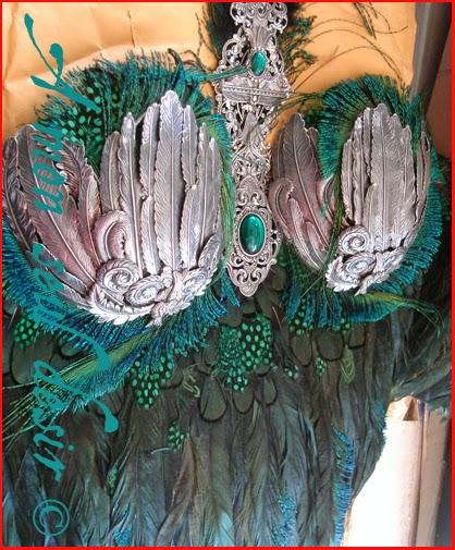 bustier femme oiseau plumes paon vert poitrine soutien gorge green feathers peacock woman corset