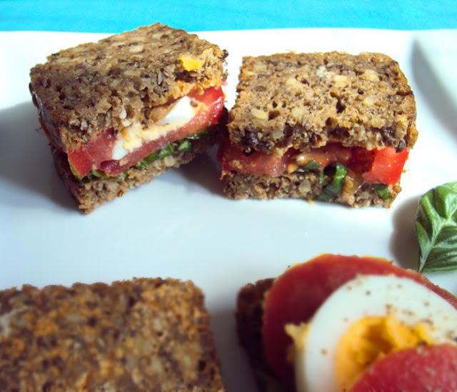 Kanapki z jajkiem, pomidorem, świżą bazylią i masłem paprykowym