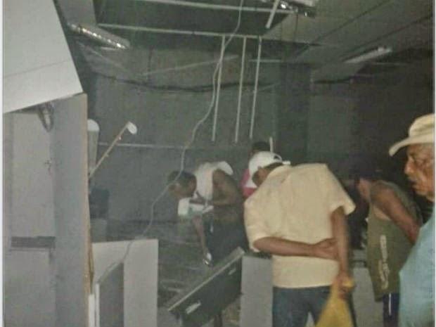 Quadrilha explode bancos em Miguel Calmon na madrugada deste sábado (28) (Foto: Raíza Araújo e Emerson Gomes/Divulgação)