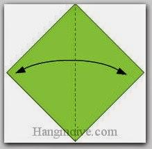 Bước 1: Gấp đôi cạnh giấy lại để tạo nếp gấp, sau đó lại mở ra.