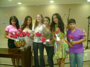 adolescentes UPA distribuindo flores para as sócias da SAF
