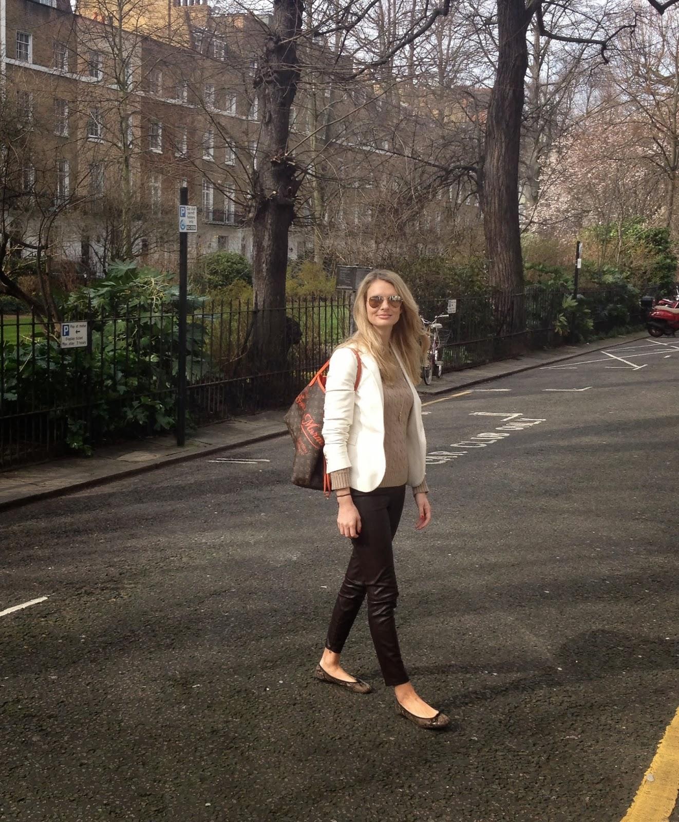 chrissabella, fashion blogger, london fashion blogger, german fashion blogger, leggings, brown leggings, ralph laurent jumper, white blazer