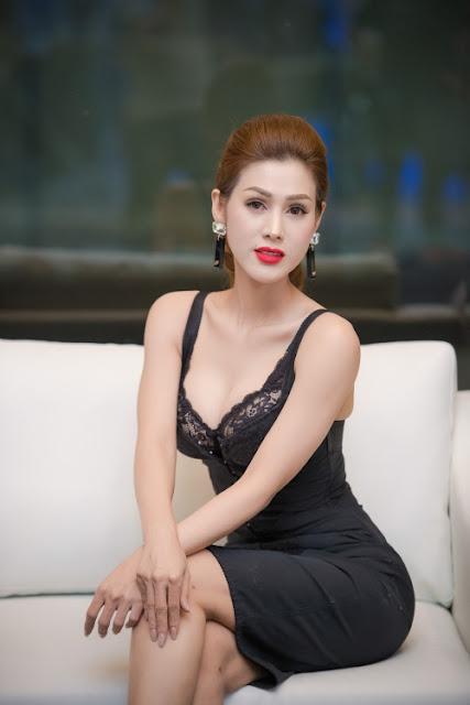 Maria Đinh Phương Ánh khoe vòng một khi chọn mốt váy ngủ đi sự kiện.